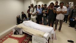 Sejumlah kerabat dan keluarga menyalatkan almarhum Yockie Suryo Prayogo di Ruang Jenazah, Rumah Sakit Pondok Indah, Bintaro, Tangsel (5/2). (Liputan6.com/Fery Pradolo)