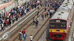 Kereta saat berhenti di Stasiun Tanah Abang, Jakarta, Senin (4/1). Usai Libur Panjang, warga Ibu Kota kembali beraktivitas seperti biasa, yang ditandai dengan kepadatan di stasiun, jalan, serta gedung perkantoran. (Liputan6.com/Immanuel Antonius)