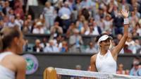 Garbine Muguruza melambaikan tangan ke penonton setelah mengalahkan Magdalena Rybarikova 6-1, 6-1, pada babak semifinal Wimbledon 2017, Kamis (13/7/2017). (AP Photo/Alastair Grant)