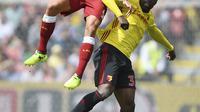 Aksi pemain Liverpool, Dejan Lovren (kiri) saat berebut bola dengan pemain Watford, Stefano Okaka pada laga Premier League di Vicarage Road, Watford, (12/8/2017). Liverpool bermain imbang 3-3. (Daniel Hambury/PA via AP)