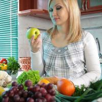 Ilustrasi makan buah dan sayur. (foto: shutterstock)
