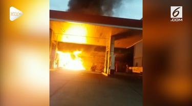 Akibat seorang pelanggan tidak hatri-hati saat mengisi BBM menggunakan Jerigen, sebuah SPBU di Kota Bogor hangus terbakar. Kebakaran juga menghanguskan 2 spedamotor di dekatnya