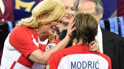 Kolinda Grabar-Kitarovic memberikan semangat kepada Luka Modric usai final Piala Dunia 2018 di Luzhniki Stadium, Moskow, Rusia, (15/7/2018). Meski Kroasia kalah Kolinda tetap tersenyum manis. (AP/Martin Meissner)
