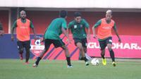Aksi para pemain PSS Sleman dalam official training menjelang pertandingan melawan Semen Padang di Stadion Maguwoharjo, Sleman, Jumat (25/5/2019) sore. (Bola.com/Vincentius Atmaja)
