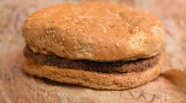 Gambar di Melbourne pada 7 November 2019 memperlihatkan burger McDonald's yang dibeli pada 1995 dan disimpan di gudang Australia selama bertahun-tahun. Burger Quarter Pounder dengan keju tersebut dimiliki oleh Casey Dean, 39, dan Eduards Nits, 38. (William WEST/AFP)