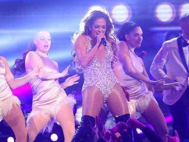 Jennifer Lopez saat tampil pada perhelatan Grammy Awards 2019 di Staples Center, Los Angeles, California, AS, Minggu (10/2). Meski berusia hampir setengah abad, J-Lo tampil sangat energik. (Photo by Matt Sayles/Invision/AP)