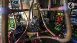 Marsyaad atau biasa dipanggil Pak Umar (79) membuat mobil-mobilan di toko mainan miliknya di Kalibata, Jakarta, Kamis (25/2/2021). Kendati pandemi COVID-19, Pak Umar yang mulai bisnis bermodal Rp 800 bahkan bisa mengirim mainan anak buatannya ke beberapa wilayah di Jawa. (Liputan6.com/Johan Tallo)