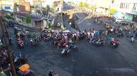 Jalan Sultan Agung di Kabupaten Jember, Jawa Timur, ambles parah sepanjang sekitar 94 meter dan lebar 10 meter, Senin (2/3/2020), pukul 04.00 WIB. (Liputan6.com/ Ist/ Dok. BPBD Kab Jember)