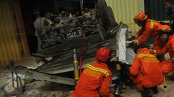 Petugas Damkar melakukan evakuasi pada mobil boks yang jatuh dari lantai 3 Pasar Cipulir, Jakarta, Selasa, (19/1/2016). Dua orang dikabarkan tewas dalam peristiwa tersebut. (Liputan6.com/Faisal R Syam)