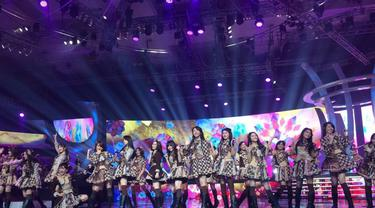"Simak penampilan JKT 48 yang membawakan lagu berjudul ""Fortune Cookies dan Luar Biasa"" dalam acara Malam Puncak HUT SCTV 27"