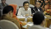 Ketua Panja RUU Pilkada DPR Abdul Hakam Naja (tengah) didampingi Anggota DPR Fraksi PDIP Bambang Beathor Suryadi (kanan) menyimak masukan mengenai RUU Pilkada di Kompleks Parlemen, Senayan, Jakarta, Senin (8/9) (Antara)