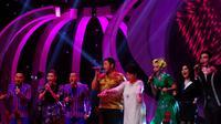 Penyanyi legendaris, Titiek Puspa turut tampil membuka Konser Final D'Academy, Selasa (25/3/2014).