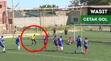 Berita video sebuah gol tercipta berkat tandukan wasit pada sebuah laga di Liga Dagestan, Rusia.