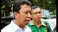 Romahurmuziy menjawab pertanyaan wartawan saat mengunjungi kantor KPU. Romi menjelaskan perihal kedatangannya untuk membahas legalistas kepengurusan partai, Jakarta, Selasa (27/1/2015). (Liputan6.com/Faisal R Syam)