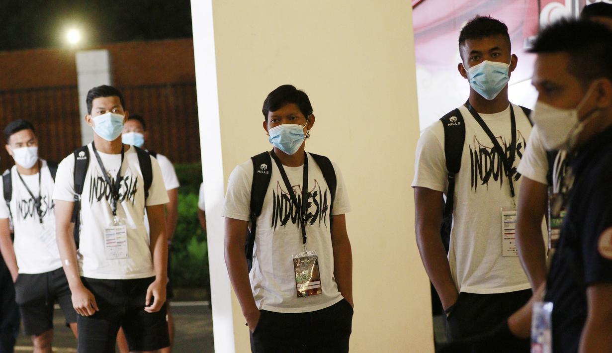 Pemain Timnas Indonesia saling menjaga jarak saat tiba di Stadion Madya, Jakarta. (Foto: Bola.com/M. Iqbal Ichsan)