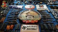 Sejumlah barang sitaan polisi Italia usai menggerebek kelompok ekstremis sayap kanan neo-Nazi awal pekan ini (Handout / AFP PHOTO)
