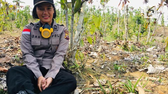 Bripda Indah Roida Simaremare, saat istirahat dan menunjukkan paras ayunya. (foto: Liputan6.com/dok.polsek entikong/aceng mukaram)