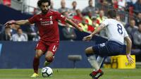 Winger Liverpool Mohamed Salah (kiri) coba melewati gelandang Tottenham Hotspur Harry Winks pada laga Liga Inggris di Wembley, Sabtu (15/9/2018). (AFP/Ian Kington)