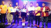 Sejumlah pemenang di acara Festival Lagu Suara Antikorupsi berpose bersama Wakil Ketua KPK Saut Sitimorang dan juri Erwin Prasetya. (Godham Perdana/Liputan6.com)