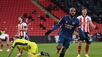 Alexandre Lacazette melakukan selebrasi usai mencetak gol ke gawang Sheffield United. Arsenal menang 3-0 dalam lanjutan Liga Inggris 2020/2021, Senin (12/4/2021) dini hari WIB. (LAURENCE GRIFFITHS / POOL / AFP)
