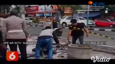Kobaran api disertai ledakan beberapa kali berasal dari sebuah kios bensin dan tambal ban di Gresik, Jawa Timur. Diduga kebakaran terjadi karena bensin tumpah dan menyambar tungku pemanas tambal ban. Satu unit motor hangus terbakar.