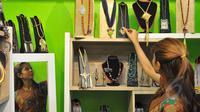 Seorang pengunjung melihat produk home industry di salah satu kios Beranda Nusantara di Mal Kasablanka, Jakarta, Jumat (22/5/2015). Walikota Jaksel merelokasi puluhan UKM dan PKL ke dalam Mal Kasablanka. (Liputan6.com/Herman Zakharia)