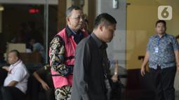 Mantan Direktur Utama PT Asuransi Jiwasraya, Hendrisman Rahim dikawal petugas akan menjalani pemeriksaan penyidik dari Kejaksaan Agung di Gedung KPK, Jakarta, Senin (20/1/2020). Hendrisman Rahim diperiksa sebagai tersangka terkait kasus korupsi PT Asuransi Jiwasraya. (merdeka.com/Dwi Narwoko)