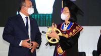 Bentuk replika jantra kapal yang diterima Rektor Unsrat Manado Ellen Joan Kumaat.