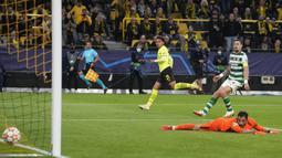 Satu-satunya gol Borussia Dortmund dilesatkan oleh Donyell Malen (kiri) yang sukses memanfaatkan umpan dari Jude Bellingham di menit ke-37. Berkat kemenangan tersebut, Dortmund berhasil menjadi pemuncak klasmen sementara Grup C Liga Champions 2021/2022 dengan poin enam. (AP/Martin Meissner)