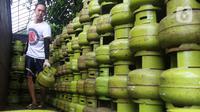 Pekerja menurunkan tabung gas LPG 3 kilogram (kg) dari truk di Jakarta, Rabu (16/12/2020). PT Pertamina (Persero) memperkirakan kebutuhan gas elpiji 3 kg naik menjadi 7,50 juta metrik ton pada 2021. (Liputan6.com/Angga Yuniar)