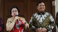 Ketua Umum PDIP, Megawati Soekarnoputri (kiri) bersama Ketua Umum Partai Gerindra, Prabowo Subianto (kanan) memberi keterangan terkait pertemuan dan makan siang bersama di kediaman Megawati di Jalan Teuku Umar, Jakarta, Rabu (24/7/2019). (Liputan6.com/Helmi Fithriansyah)