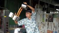 Simak kecanggihan skill tukang teh tarik berikut ini! Keren parah!