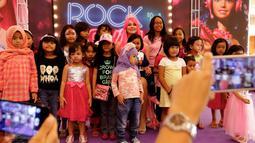 Anak-anak foto bersama wanita cantik berkarakter Barbie di pusat perbelanjaan Lippo Mall Kemang, Jakarta, (19/12). Karakter Barbie yang didatangkan dari Rusia hadir setiap sore saat liburan sekolah dan jelang perayaan Natal. (Liputan6.com/Fery Pradolo)