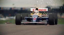 Nigel Mansell pernah mengalami bendera hitam kala GP Portugal 1989 bersama tim Williams. Ia didiskualifikasi lantaran melakukan kesalahan ketika pit stop. Tindakannya memundurkan mobil akibat melewati pit stop miliknya adalah pelanggaran berat. (Foto: AFP/Eric Feferberg)