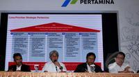 Dirut PT Pertamina Dwi Soetjipto (tengah) beserta jajaran direksi menggelar jumpa pers, Jakarta, Selasa (17/2). Pertamina menjelaskan mengenai strategi pengadaan minyak mentah dan BBM oleh Integrated Supply Chain PT Pertamina. (Liputan6.com/Johan Tallo)