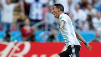 Gelandang Argentina, Angel Di Maria berselebrasi usai mencetak gol ke gawang Prancis pada babak 16 besar Piala Dunia di Kazan Arena di Kazan, Rusia, (30/6). Prancis menang tipis 4-3 atas Argentina. (AP Photo/David Vincent)