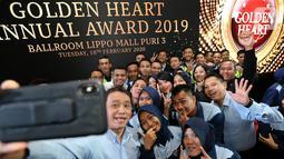 CEO Lippo Malls Indonesia Eddy Mumin swafoto bersawa karyawan usai acara Golden Heart Annual Award 2019 di Lippo Mall Puri, Jakarta, Selasa (18/2/2020). Golden Heart merupakan apresiasi kepada karyawan yang menjunjung tinggi nilai kejujuran. (Liputan6.com/Fery Pradolo)