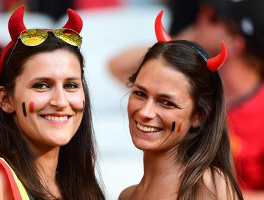 Ekspresi Suporter Cantik Swedia dan Belgia