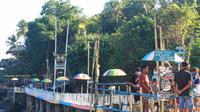 Destinasi wisata Tanjung Watukrus, dikunjungi wisatawan lokal. (Liputan6.com/ Dionisius Wilibardus)