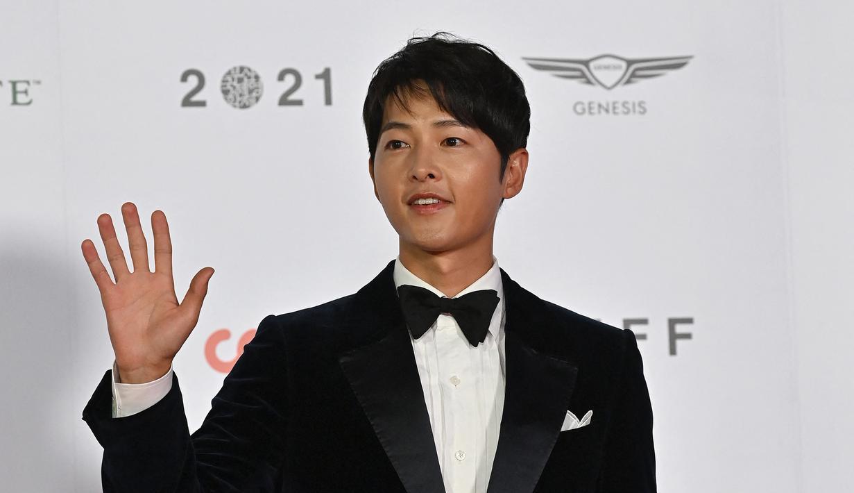 Aktor Korea Selatan Song Joong Ki berpose di karpet merah Busan International Film Festival (BIFF) ke-26 di Busan Cinema Center, Busan, Korea Selatan, 6 Oktober 2021. (Jung Yeon Je/AFP)
