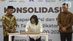 Menteri PPPA Gusti Ayu Bintang (tengah) menandatangani berkas disaksikan Menko PMK Muhadjir Effendy (kiri) dan Mensos Jualiari Batubara (kanan) saat rapat koordinasi di Gedung Kemenko PMK, Jakarta, Kamis (31/10/2019). (merdeka.com/Imam Buhori)