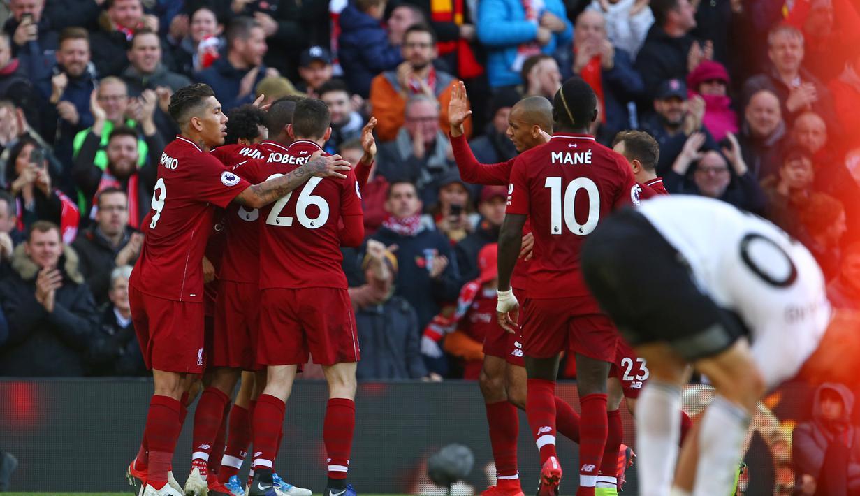 Aksi penyerang Liverpool, Firminho melewati hadangan pemain Fulham, Denis Odoi pada laga lanjutan Premier League yang berlangsung di stadion Anfield, Liverpool. Liverpool menang 2-0. (AFP/Lindsay Parnaby)