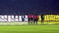 Timnas Indonesia mengheningkan cipta untuk korban tsunami Desember 2004 jelang menghadapi Malaysia di semifinal Piala AFF 2004. (AFP/Str)