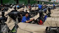 Pekerja menata sepeda motor yang akan dikirim melalui jasa pengiriman kereta api di Stasiun Jakarta Gudang, Rabu (16/7). PT KAI menyediakan 35 gerbong guna angkutan motor gratis lebaran tahun 2016. (Liputan6.com/Gempur M Surya)