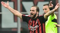 Penyerang AC Milan, Gonzalo Higuain, gagal mengeksekusi penalti dan mendapatkan kartu merah saat menghadapi Juventus pada laga pekan ke-12 Serie A, Minggu (11/11/2018). (AFP/Miguel Medina)