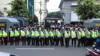 Penjagaan di depan eks Gedung PN Jakarta Pusat, Selasa (27/12/2016) pagi, sebelum digelarnya sidang ke-3 Ahok dalam kasus dugaan penistaan agama. (Liputan6.com/Fachrur Rozie)
