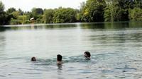 Ilustrasi berenang di danau Kaisersee. Berenang tanpa sehelai benangpun bisa mengandung risiko bahaya. Ada bermacam-macam bahaya, misalnya tusukan mata pancing. (Sumber Anne Wall via Augsburger Allgemeine)