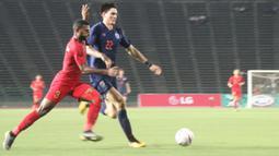 Striker Timnas Indonesia, Marinus Wanewar, berusaha mengontrol )bola saat melawan Thailand pada laga Piala AFF U-22 2019 di Stadion National Olympic, Phnom Penh, Selasa (26/2). Indonesia menang 2-1 atas Thailand. (Bola.com/Zulfirdaus Harahap)