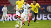 Argentina berusaha balikkan keunggulan. Tercatat dua peluang emas tercipta, salah satunya dari kaki Lionel Messi pada menit ke-81. Tembakannya ke gawang Ospina masih membentur mistar gawang. Skor satu sama bertahan hingga babak kedua usai. (Foto: AP/Andre Penner)