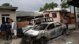 Sejumlah bangkai mobil menyusul serangan di sebuah rumah sakit di Kabul, ibu kota Afghanistan (12/5/2020). Sebanyak 18 orang, termasuk tiga penyerang, tewas dan 17 orang lainnya terluka setelah dua ledakan dan penembakan di rumah sakit bersalin tersebut. (Xinhua/Rahmatullah Alizadah)
